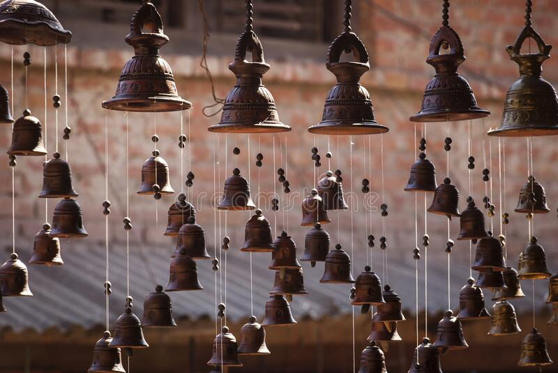 BHAKTAPUR, NEPAL - 11 listopada 2017 Sklep sprzedający mosiężne przedmioty w Bhaktapur, Nepal obraz stock