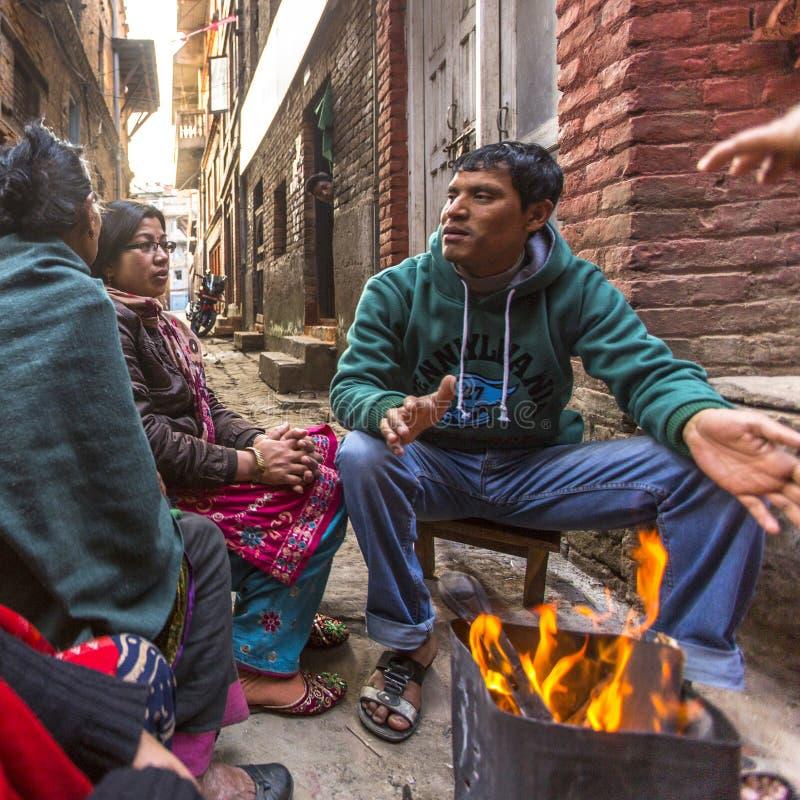 BHAKTAPUR, NEPAL - lokalni ludzie siedzą w ulicie obrazy royalty free