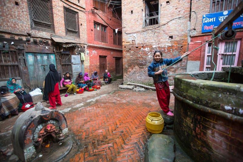 BHAKTAPUR, NEPAL - lokalni ludzie siedzą w ulicie zdjęcia royalty free