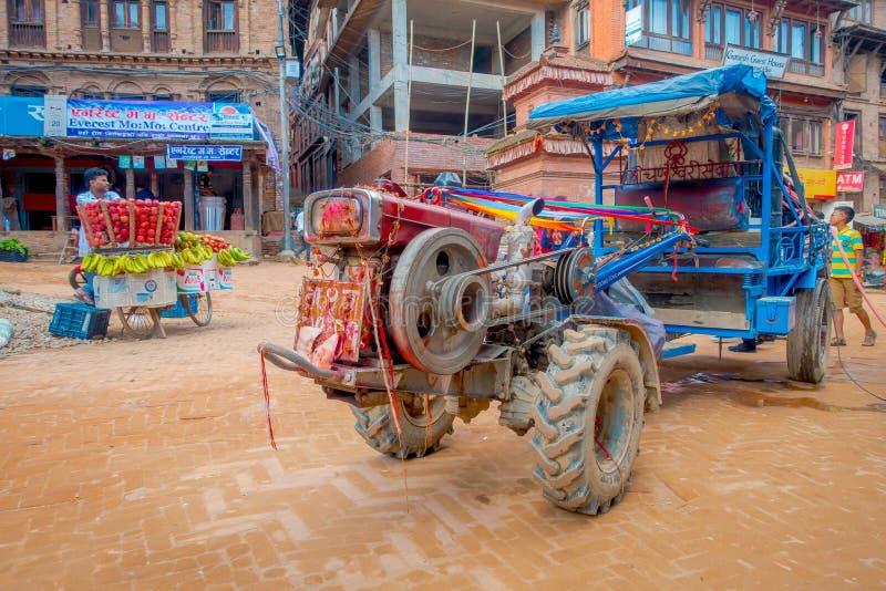 BHAKTAPUR NEPAL - NOVEMBER 04, 2017: Oidentifierat folk som nästan går en liten lastbil på den Taumadhi fyrkanten i Bhaktapur royaltyfria bilder
