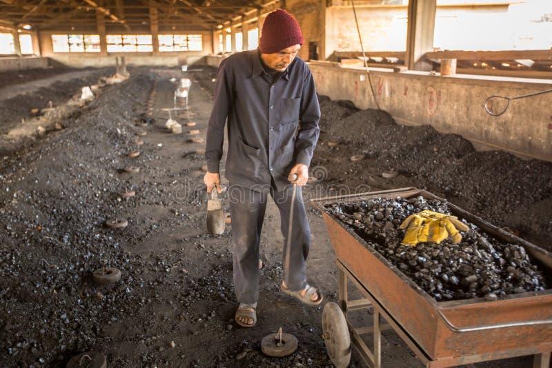 BHAKTAPUR, NEPAL - os povos locais trabalham na fábrica do tijolo fotografia de stock royalty free