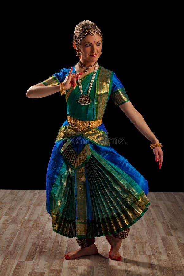 Bharatanatyam的美丽的女孩舞蹈家 库存图片