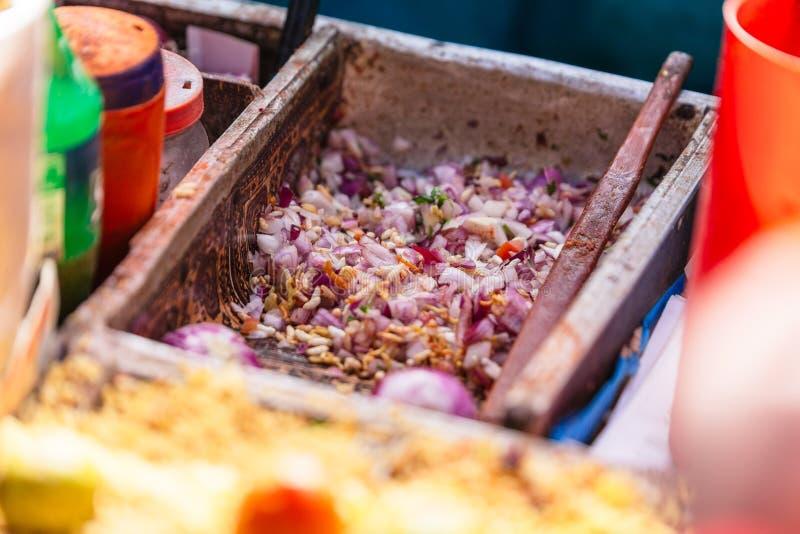 Bhelpuri es un bocado sabroso, y es también un tipo de chaat Se hace del arroz soplado, de verduras y de una salsa fuerte y pican fotografía de archivo libre de regalías