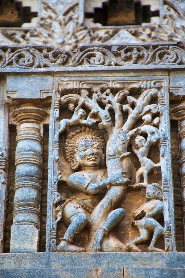 Bhima雕塑震动树的和Kauravas倒下 Chennakeshava寺庙 贝鲁尔,卡纳塔克邦 从Mahabha的一个情节 库存照片