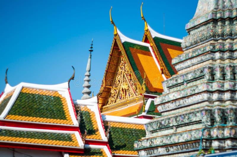 Bhuddhist färgrikt tempeltak royaltyfria bilder