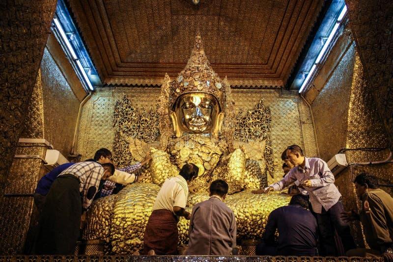 Bhuddist που διαλέγεται με Bhudda στο ναό Mahamuni Βούδας, περιοχή του Mandalay, του Mandalay, το Μιανμάρ στοκ φωτογραφίες με δικαίωμα ελεύθερης χρήσης