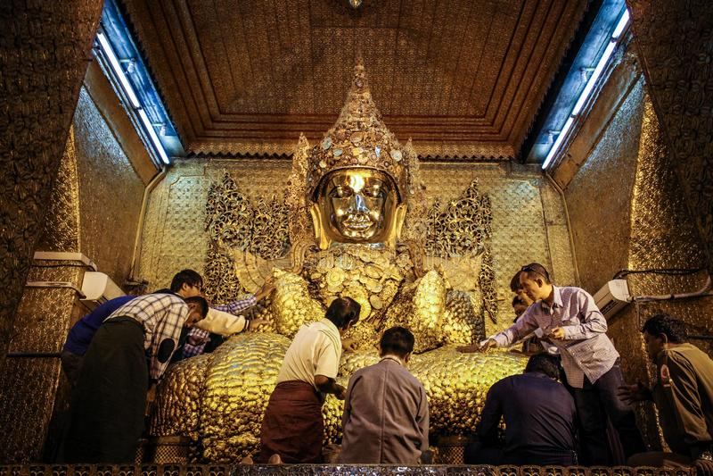 Bhuddist communing z Bhudda w Mahamuni Buddha świątyni, Mandalay region, Mandalay, Myanmar zdjęcia royalty free