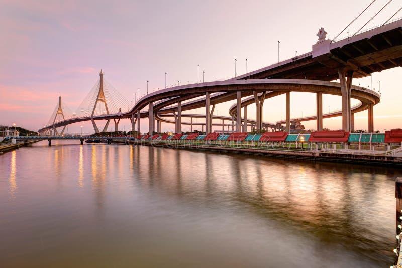 Bhumibol吊桥在曼谷市泰国,亦称在晁Phraya的工业环行路日落风景  免版税图库摄影