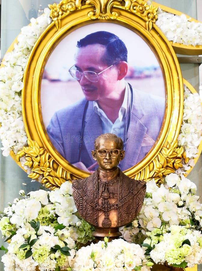 Bhumibol国王雕象和照片 免版税库存图片