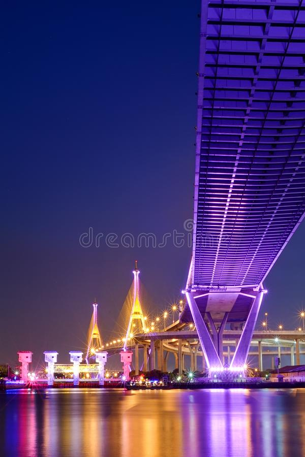 Bhumibol桥梁在晚上 图库摄影