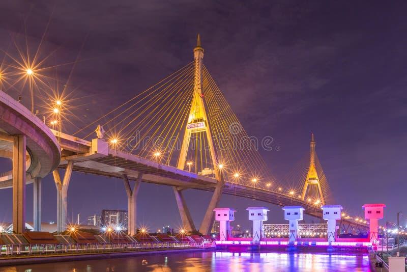 Bhumibol桥梁在晚上 库存图片
