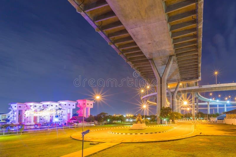 Bhumibol桥梁在晚上 免版税库存图片