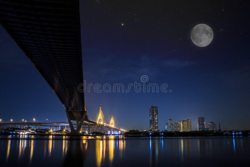 Bhumibol överbryggar på natten fotografering för bildbyråer