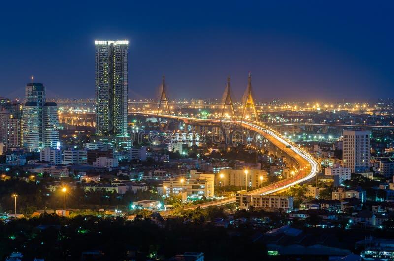 Bhumibol-Brücke in Draufsicht Thailands nachts lizenzfreie stockfotografie