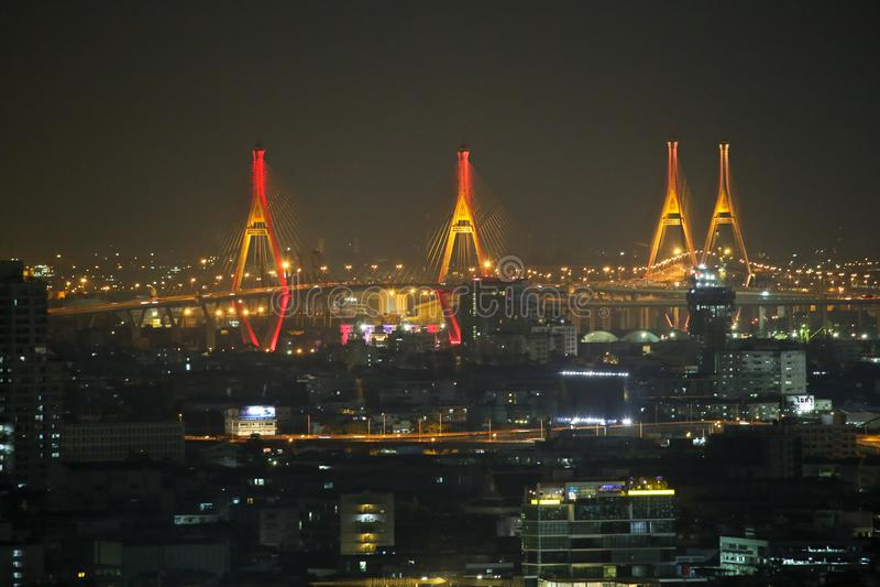 Bhumibol-Brücke, Nachtlichter von den hohen Gebäuden im Herzen von Bangkok lizenzfreie stockfotografie