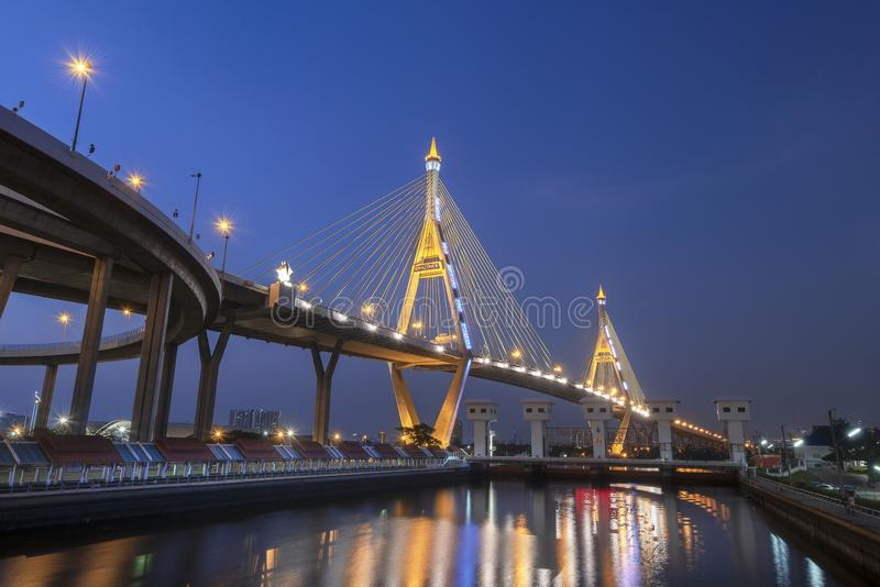 Bhumibol Bridge aan de blauwe hemel stock fotografie
