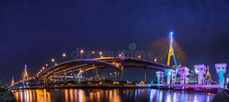 Bhumibol most z chmurnym na dżdżystym chmurzącym obrazy stock