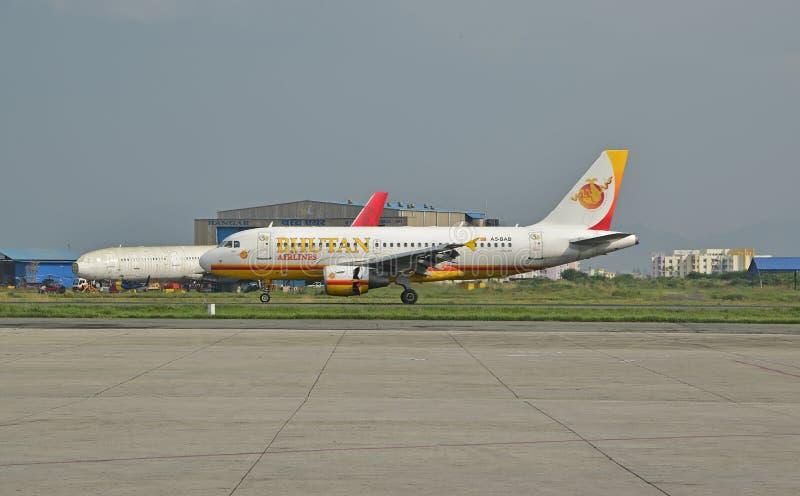 Bhutan flygbolag på Nepal Tribhuvan den internationella flygplatsen arkivbild