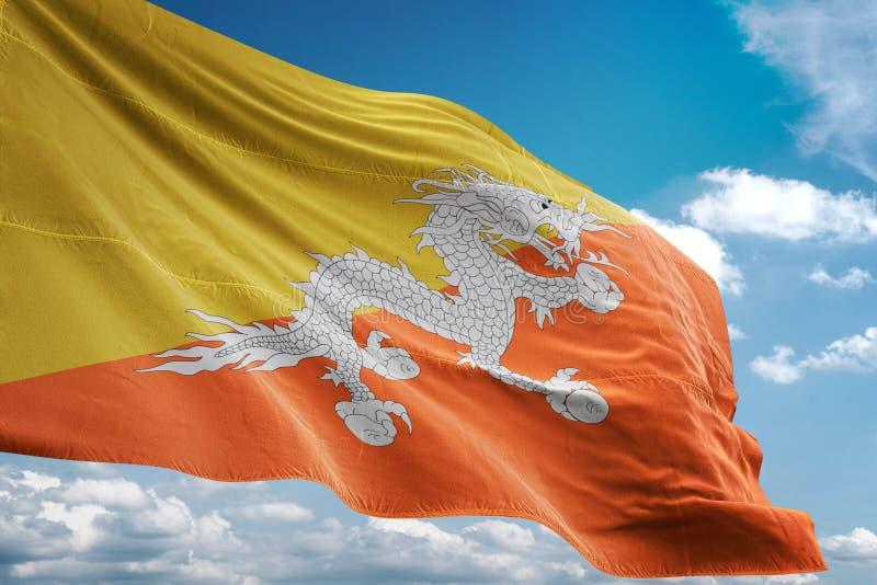 Bhutan nationsflagga som vinkar illustrationen 3d för bakgrund för blå himmel den realistiska royaltyfri illustrationer