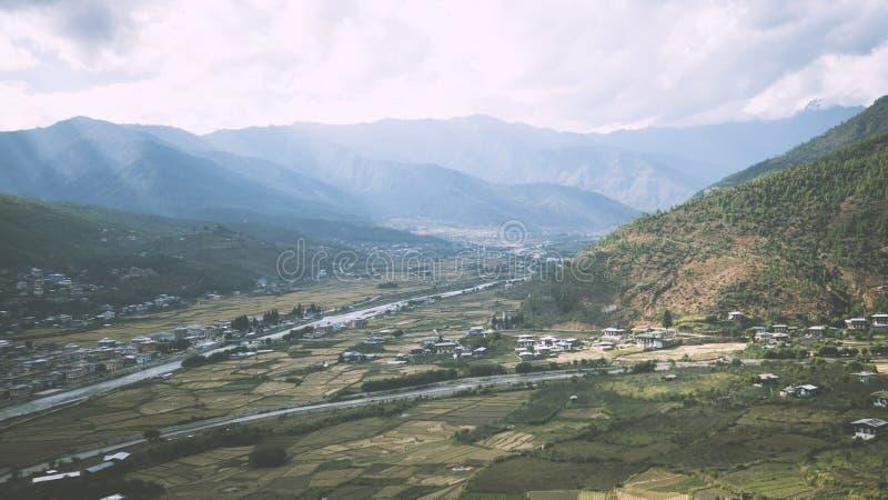 Bhutan-Tal-Straßen-Fluss lizenzfreie stockfotos