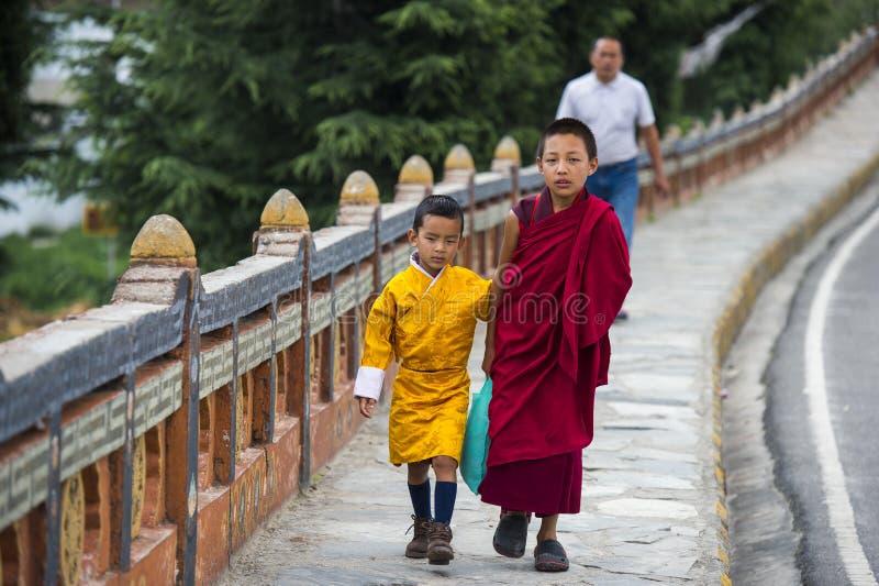 Bhutanese νέοι αδελφοί, δύο αγόρια στα παραδοσιακά ενδύματα, Μπουτάν στοκ εικόνες