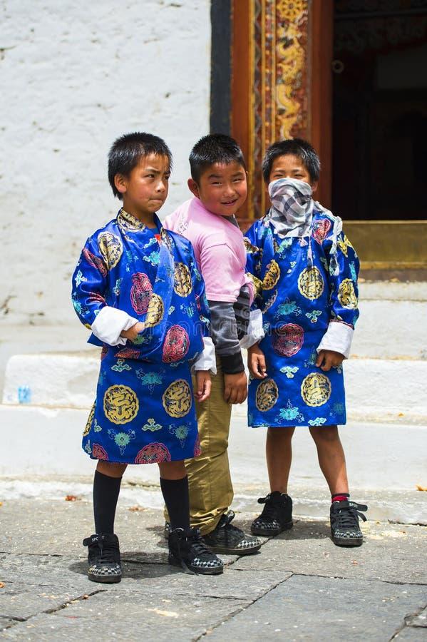 Bhutanese νέοι αδελφοί, δύο αγόρια στα παραδοσιακά ενδύματα, Μπουτάν στοκ εικόνα με δικαίωμα ελεύθερης χρήσης