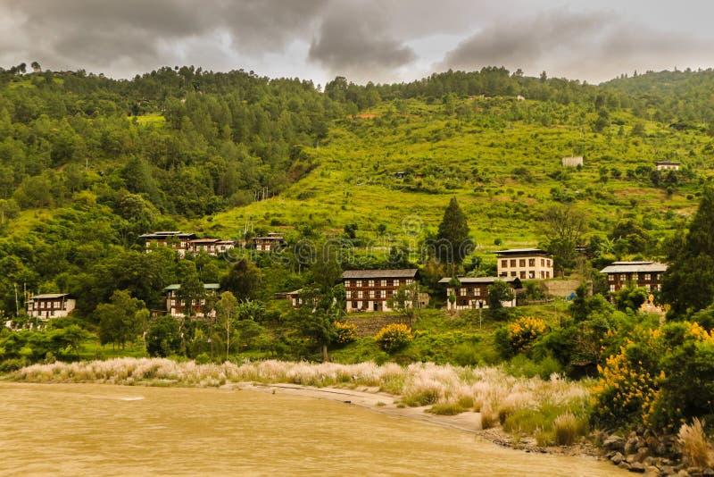 Bhutanese χωριό κοντά στον ποταμό σε Punakha, Μπουτάν στοκ φωτογραφία