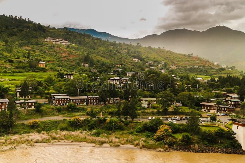 Bhutanese χωριό κοντά στον ποταμό σε Punakha, Μπουτάν στοκ εικόνα