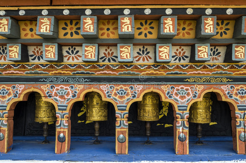 Bhutanese buddism modlenie toczy przy Chimi Lhakang monasterem, Punakha, Bhutan obraz stock
