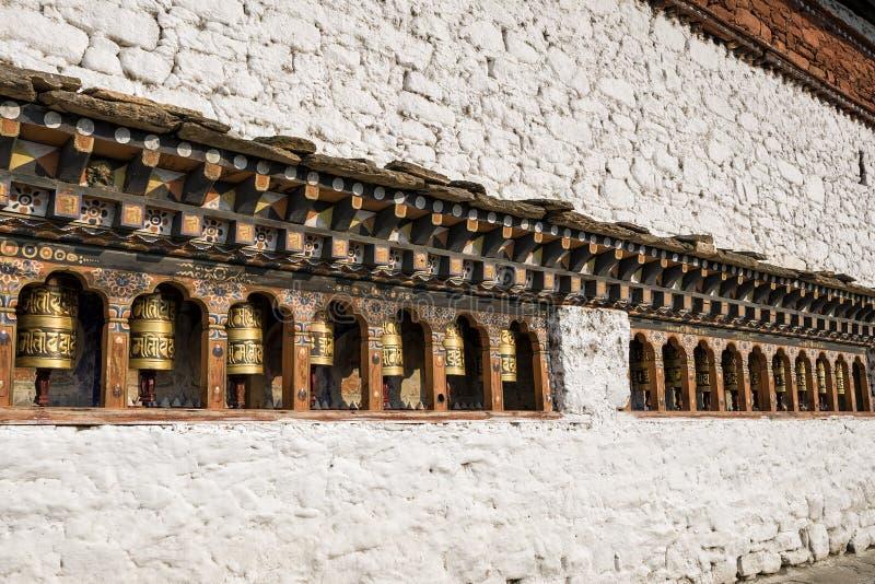 Bhutanese buddism modlenie toczy przy Kyichu Lhakhang świątynią, Paro, Bhutan zdjęcie stock