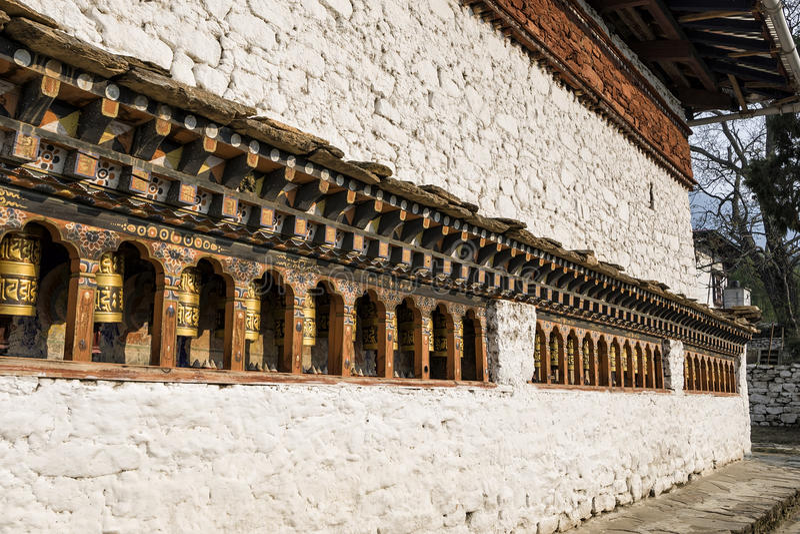 Bhutanese buddism modlenie toczy przy Kyichu Lhakhang świątynią, Paro, Bhutan obrazy stock