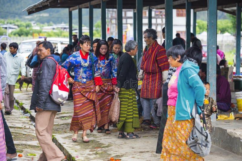 Bhutanese ludzie w miejscowym wprowadzać na rynek na wakacje, Bhutan obraz royalty free