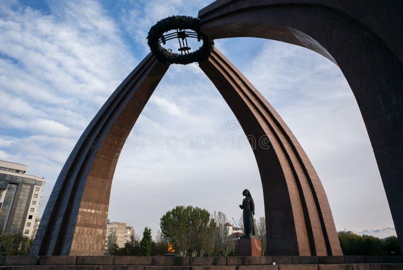 BIÅ¡KEK, KIRGHIZISTAN: Monumento della vittoria a Biskek, capitale del Kirghizistan fotografia stock