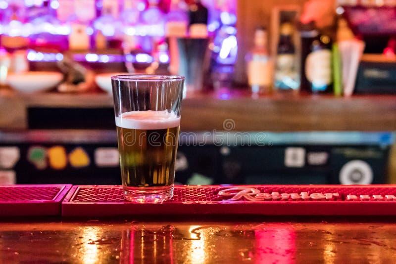 Bière à la barre du bar de chat noir à Seattle image libre de droits