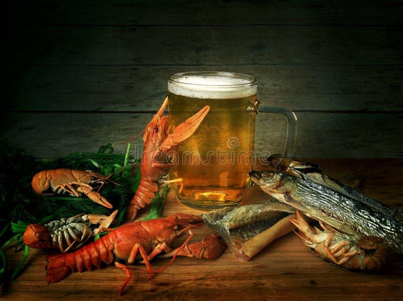Bière, écrevisses et poissons photographie stock