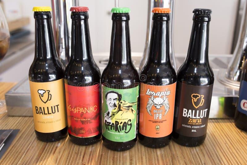 Bière artisanale d'extremaduran montrée au-dessus du dessus de barre image libre de droits