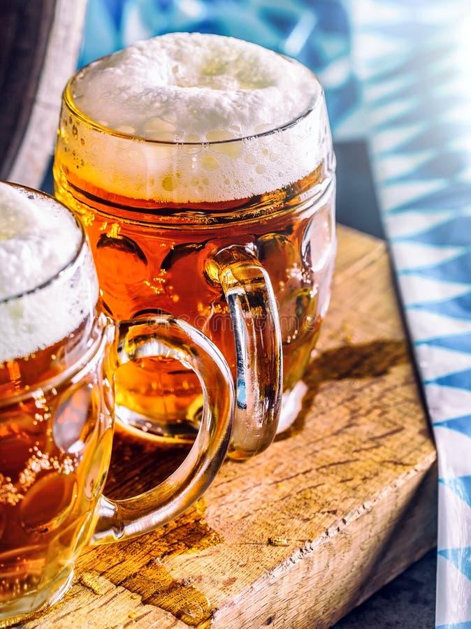 Bière Bières froides d'OktoberfestTwo Bière pression Bière anglaise d'ébauche Bière d'or Bière anglaise d'or Bière de l'or deux a image libre de droits