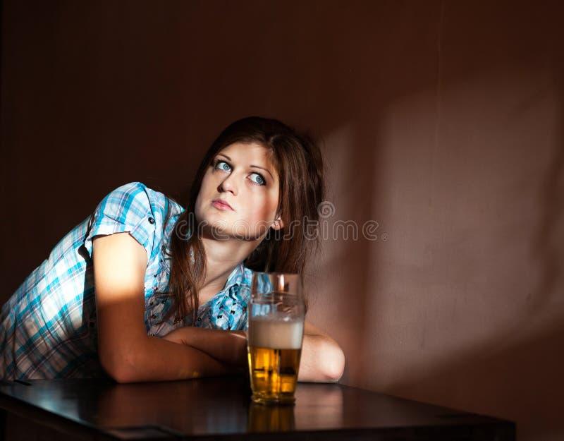 Bière blonde allemande potable de jeune femme photo stock