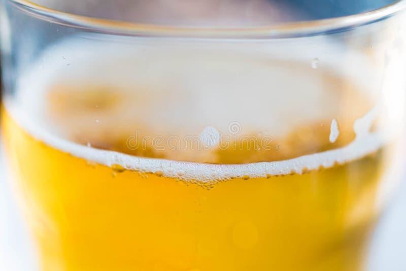 Bière blonde blonde dans un verre images libres de droits