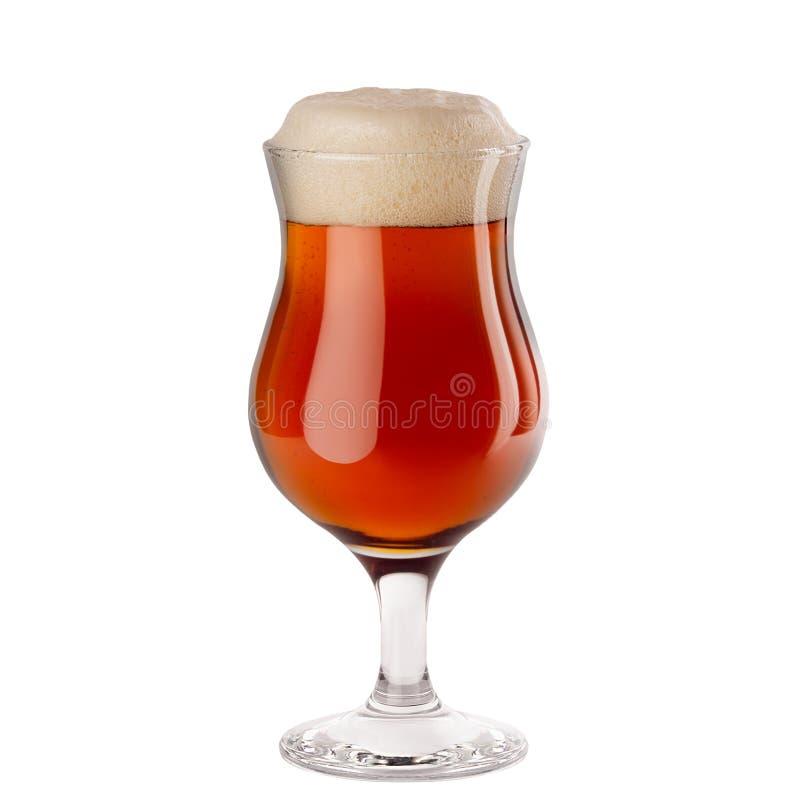 Bière blonde jaune dans le verre à vin avec la mousse d'isolement sur le fond blanc photographie stock libre de droits