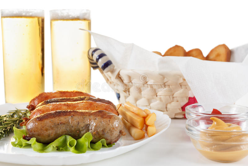 Bière, boeuf de rôti ou saucisse de poulet d'un plat photographie stock
