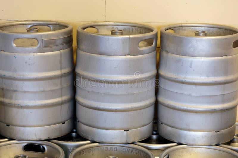 Bière commerciale de métier faisant à la brasserie images stock