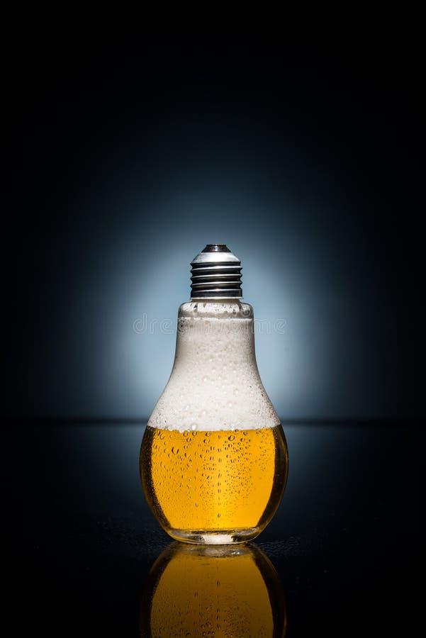 Bière d'ampoule avec les baisses et la glace image stock