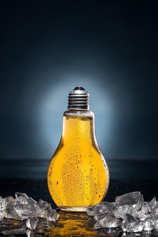 Bière d'ampoule avec les baisses et la glace photo libre de droits