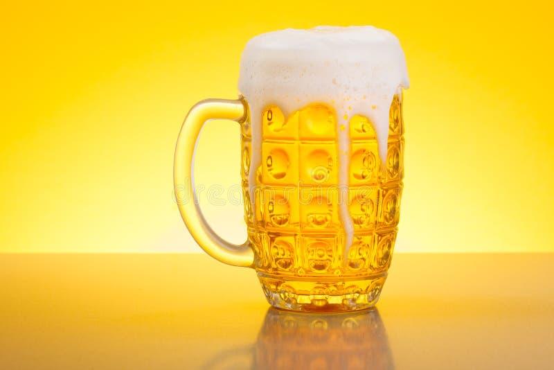 Bière dans la chope en grès photos stock