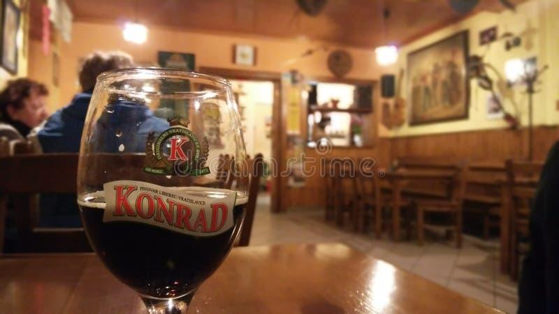 Bière dans le bar images stock