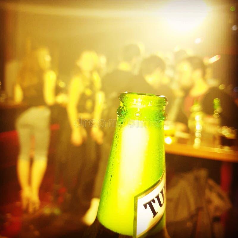 Bière dans le club photos stock