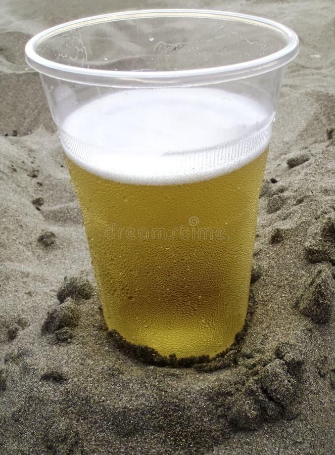 Bière dans le sable image stock
