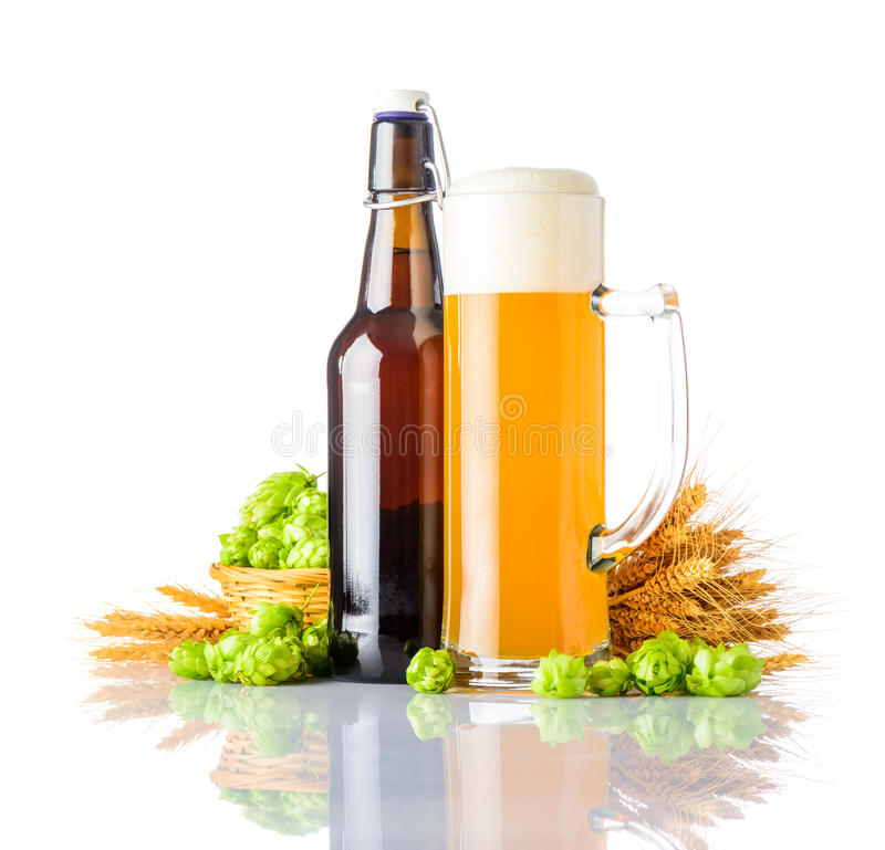 Bière de blé de bouteille et de tasse sur le fond blanc image libre de droits