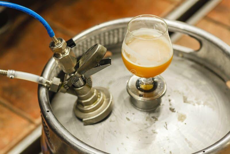 Bière de blé sur un barillet image libre de droits